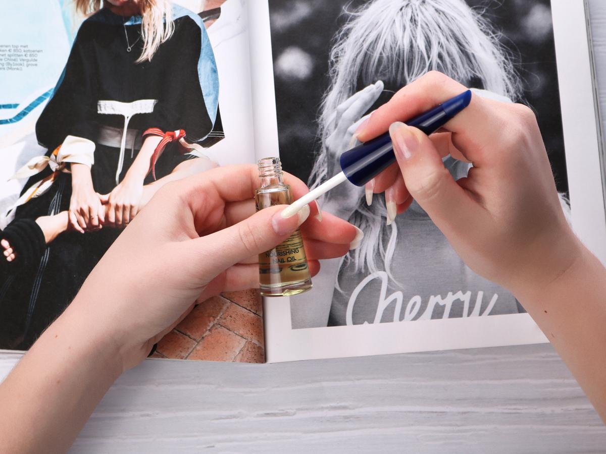 Voedende nagelolie gebruiken voor sterke, gezonde nagels