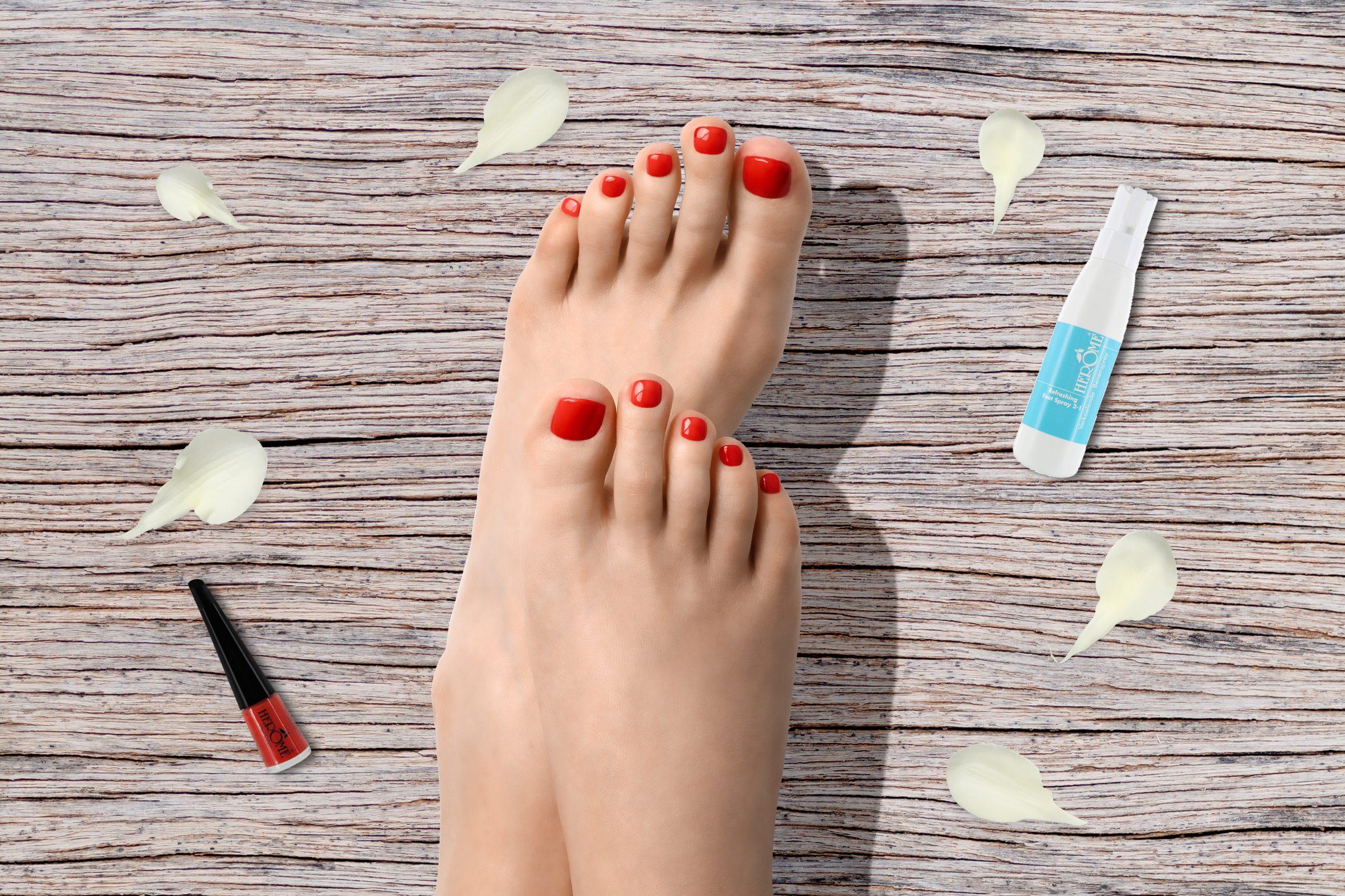 Donker oranje nagellak op teennagels voor zomerse manicure