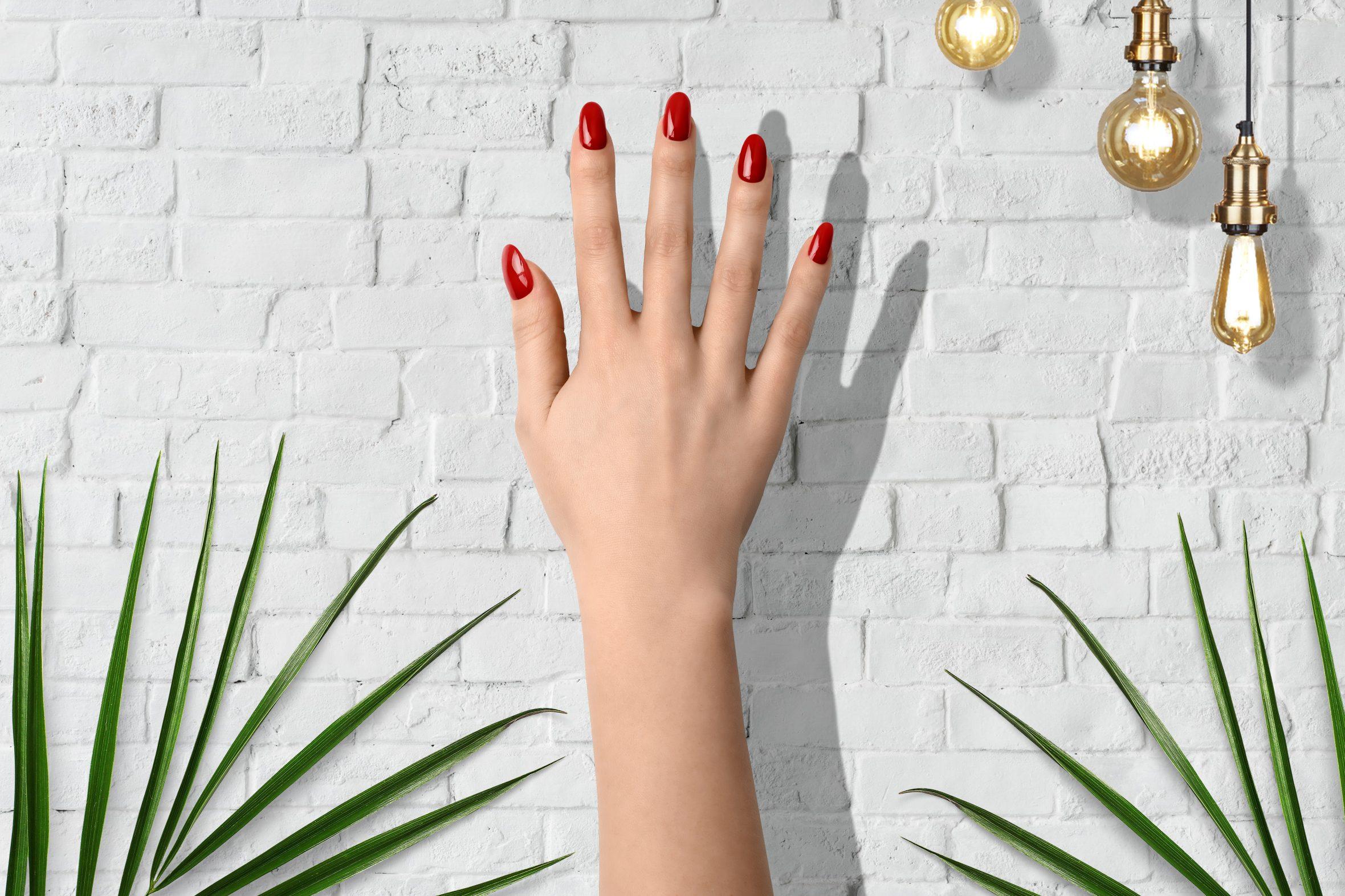 Rode nagellak op je nagels voor een thuismanicure