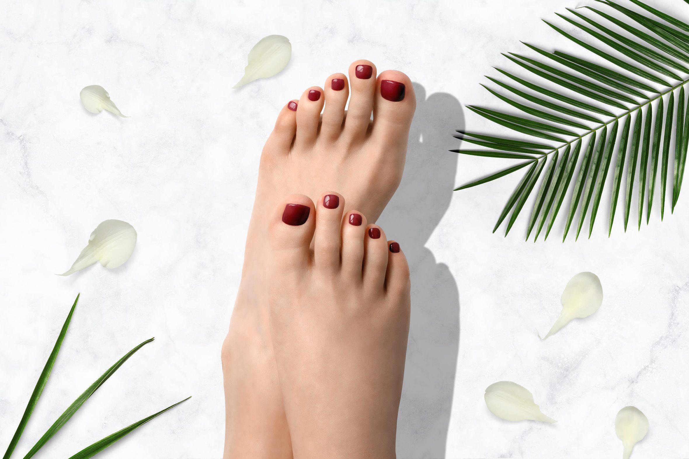 Donker rode glitter nagellak van Herôme op je teennagels