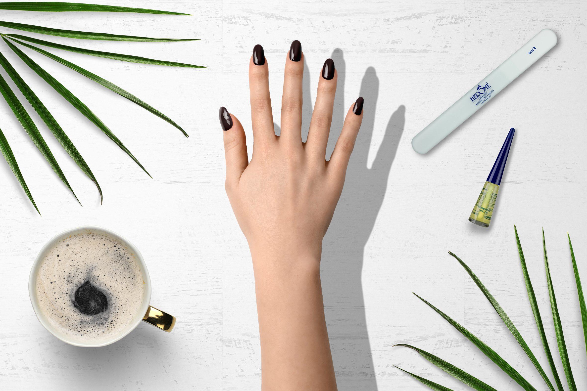 Donker bruine nagellak van Herôme voor herfst/winter manicure