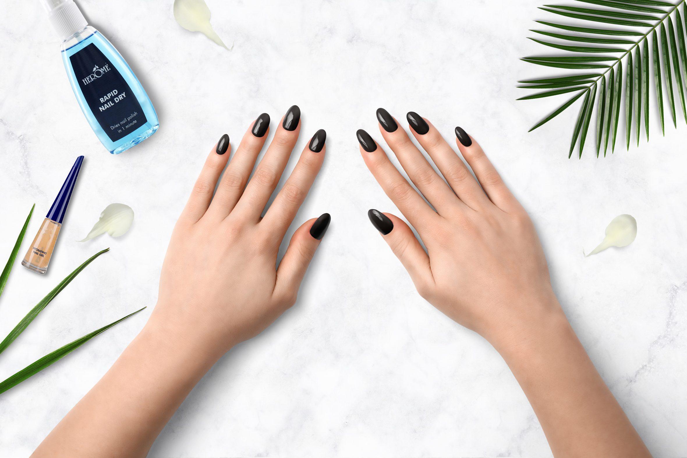 Donkerbruine nagellak van Herôme voor herfst/winter nagellak trend