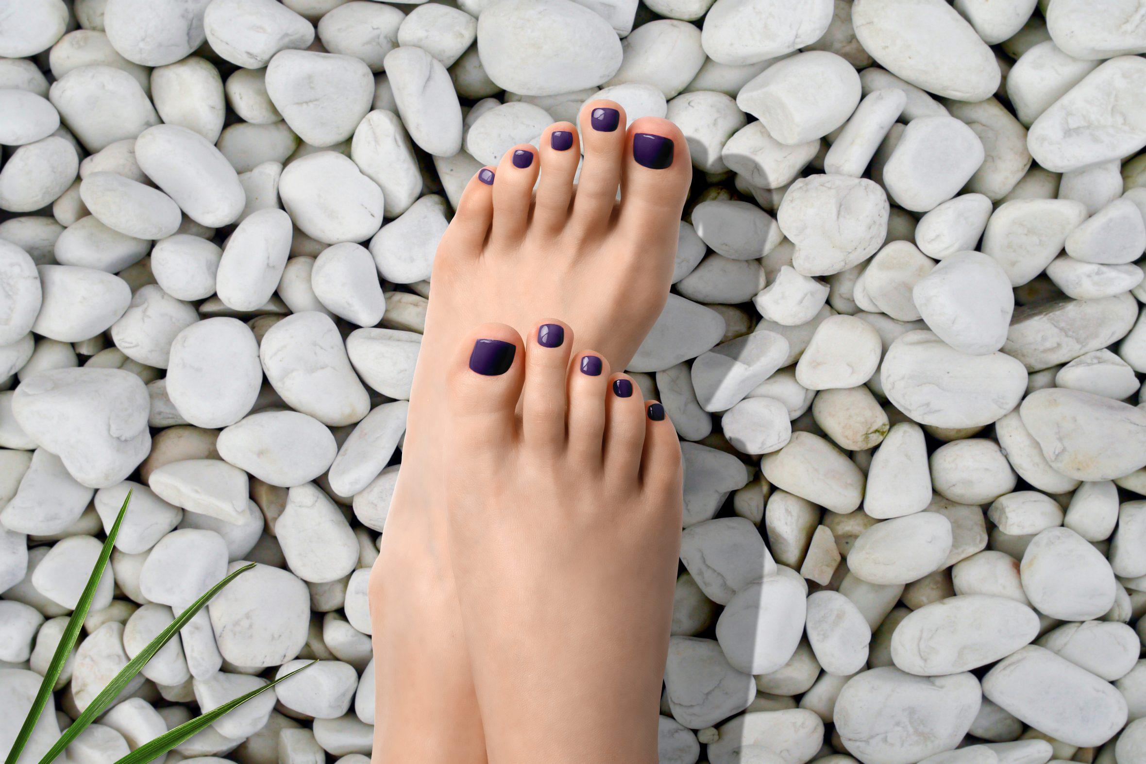 Violet nagellak kleur voor lente/zomer pedicure