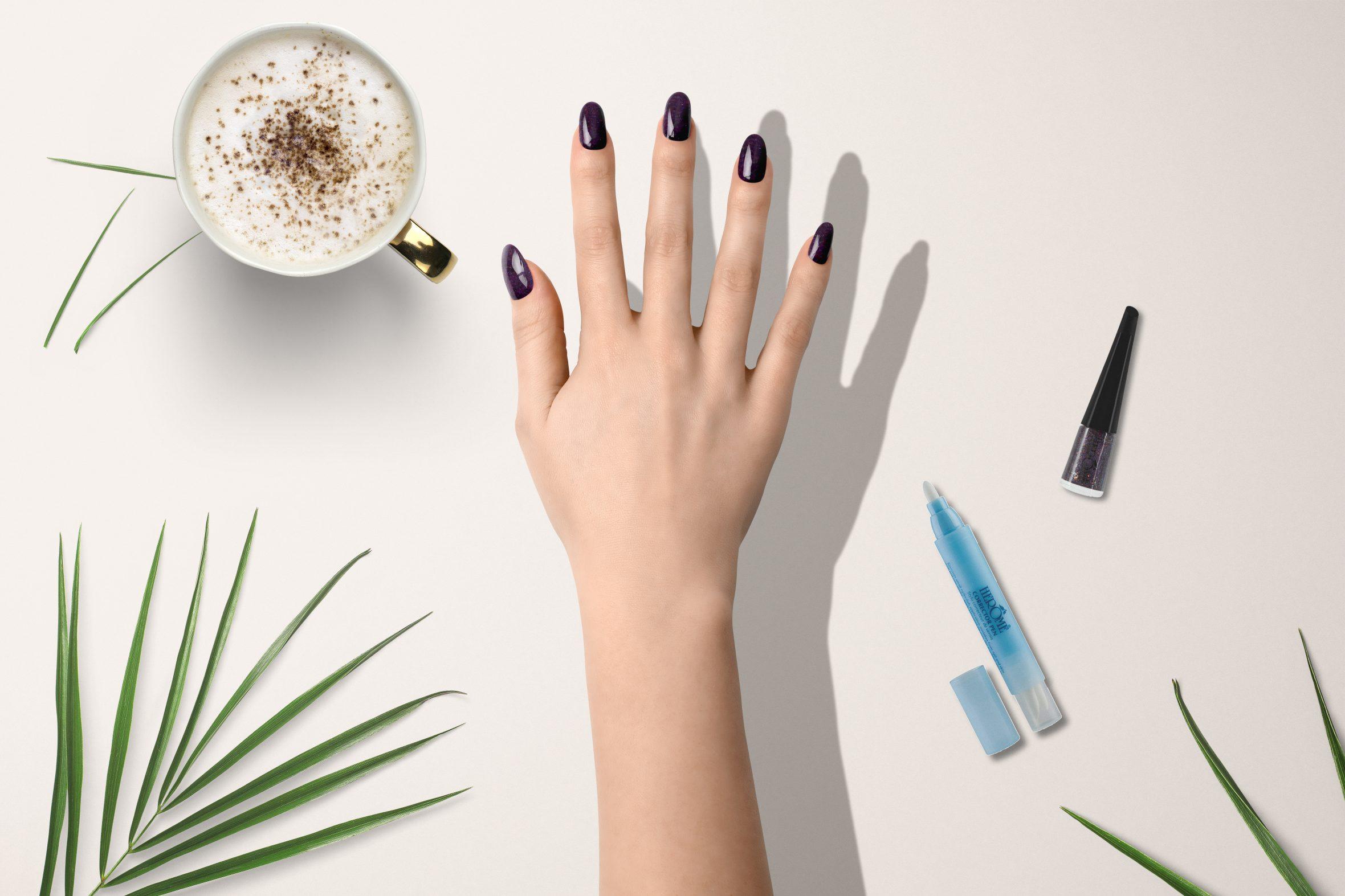 Paarse glitter nagellak van Herôme voor feestelijke manicure