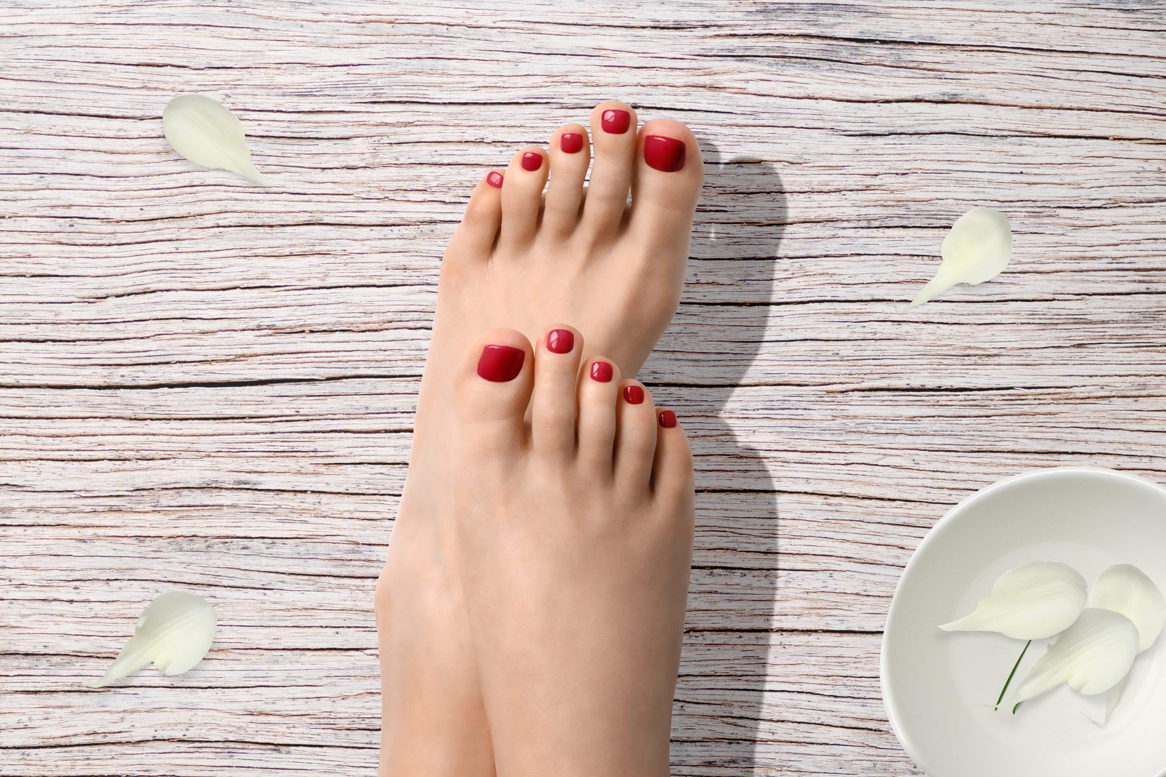Roze nagellak kleur op de teennagels voor mooie pedicure