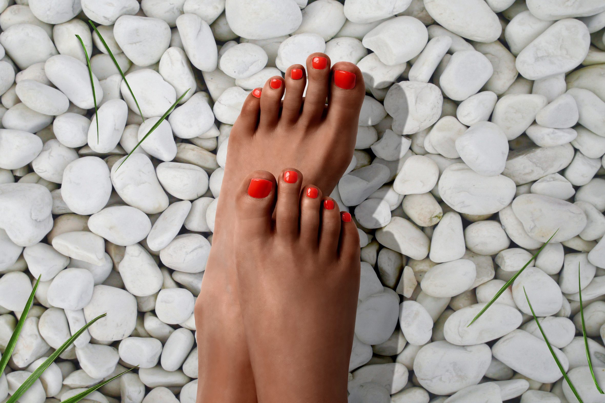 Oranje nagels aanbrengen voor zomerse pedicure