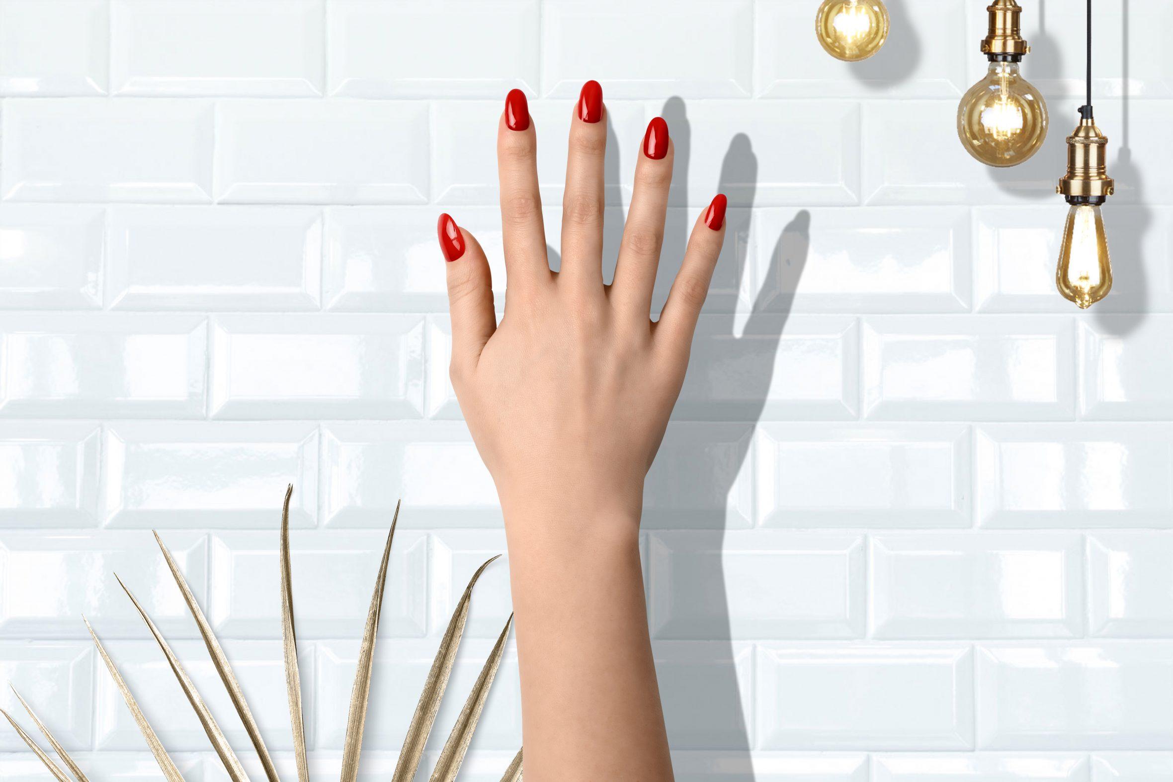 Licht rode nagellak voor een mooie manicure