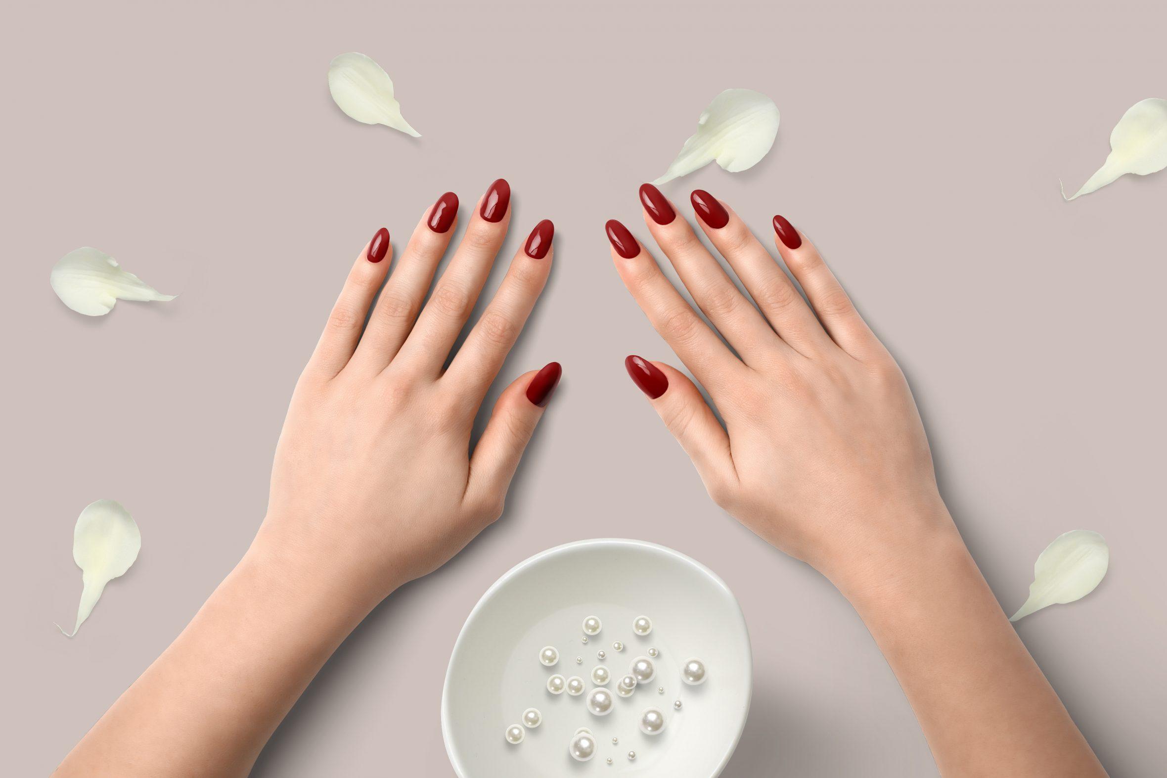 Bordeaux rode nagellak voor een mooie manicure