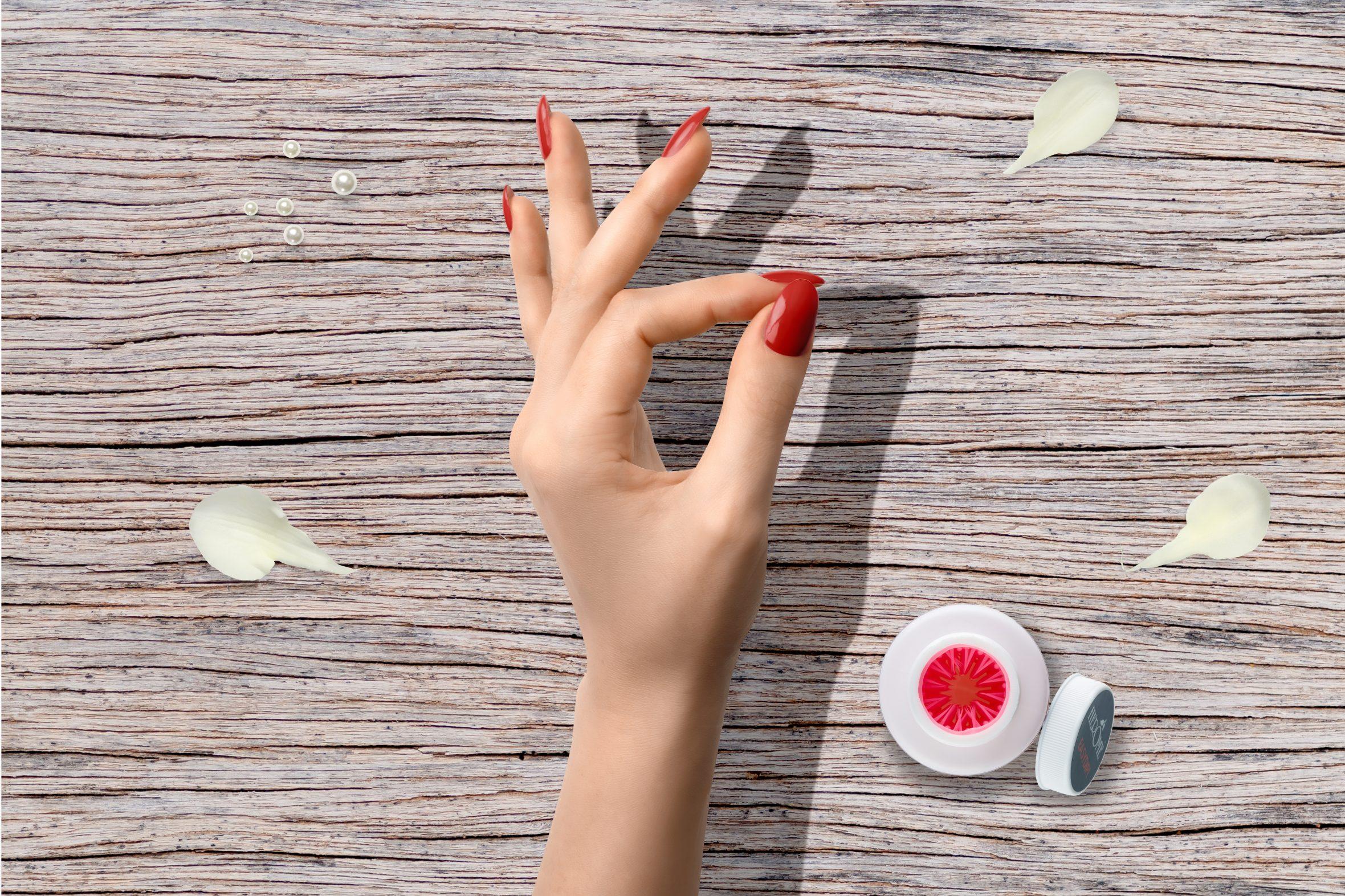 Rode glitter nagellak voor een mooie manicure