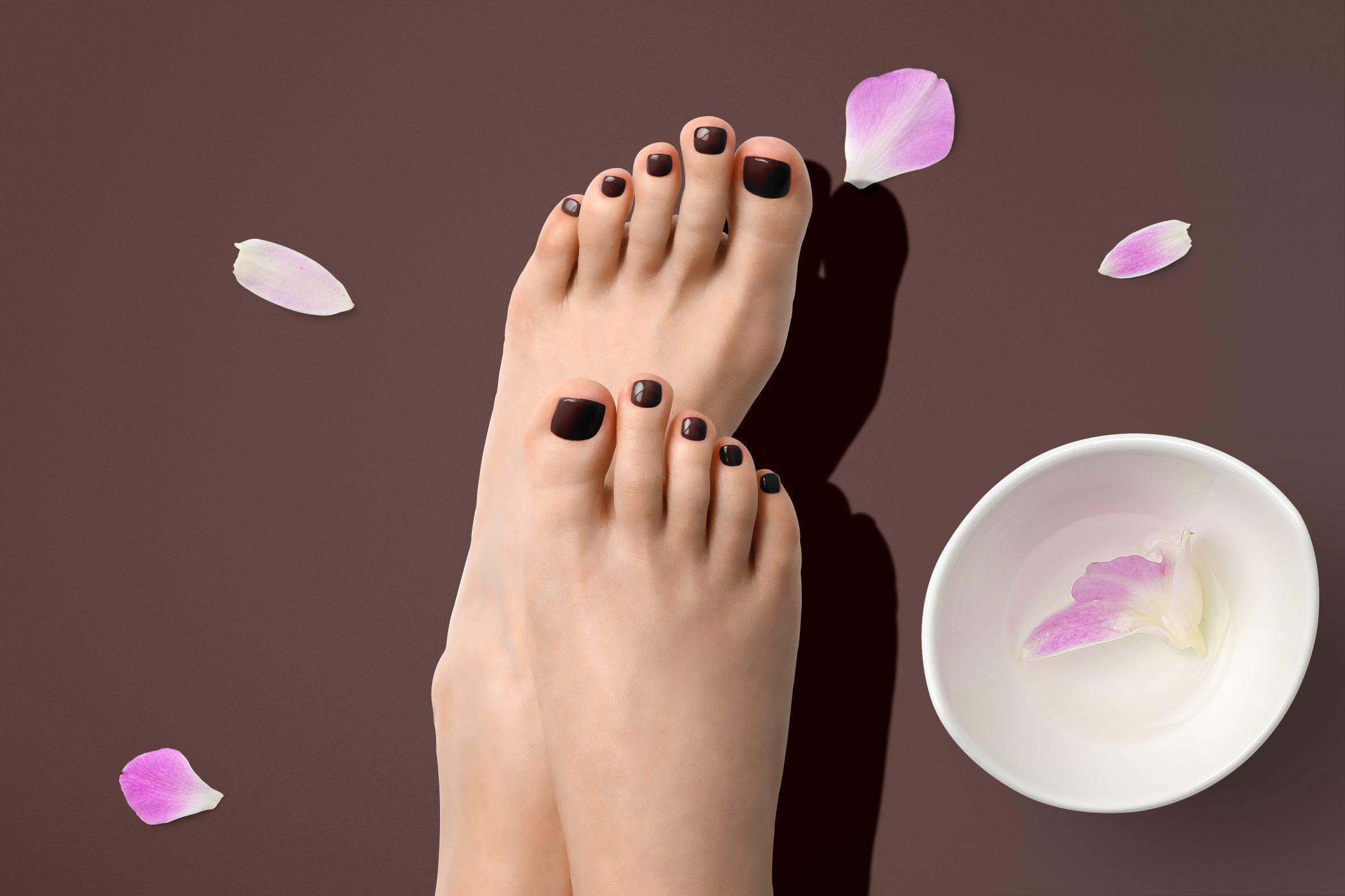 Bruine nagellak voor een on trend pedicure