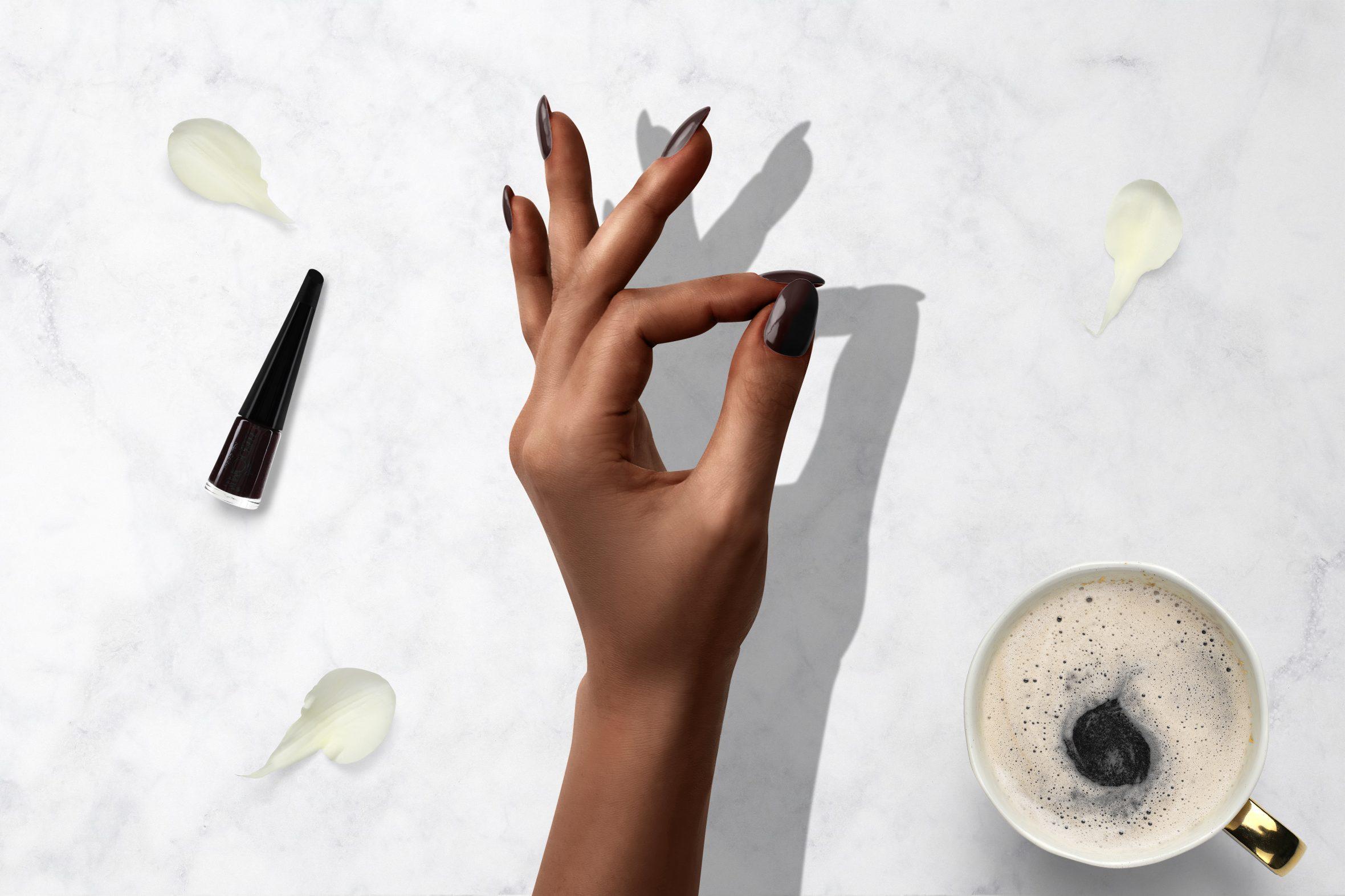Donker bruine nagellak voor je manicure