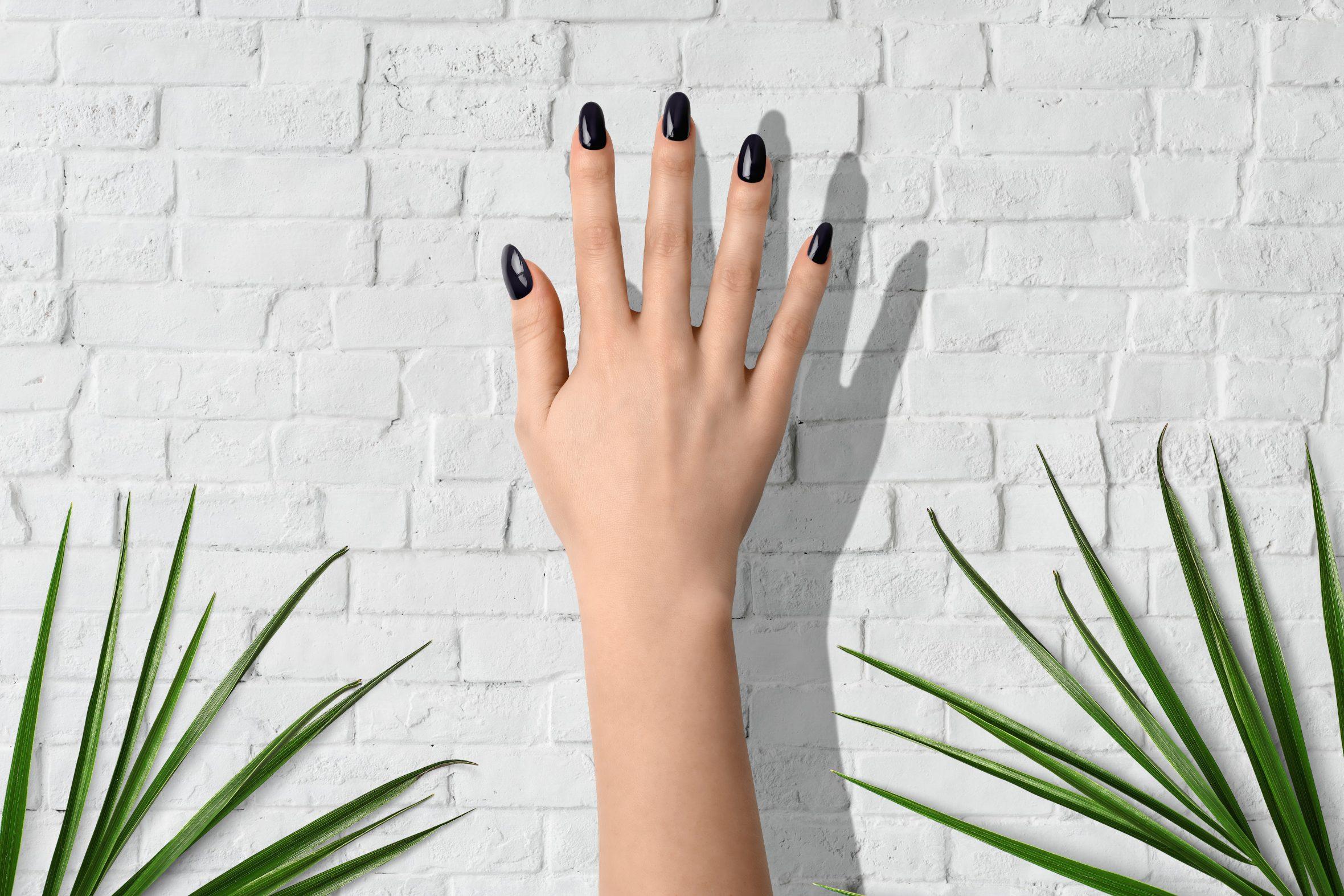 Donker paarse nagellak van Herôme voor manicure