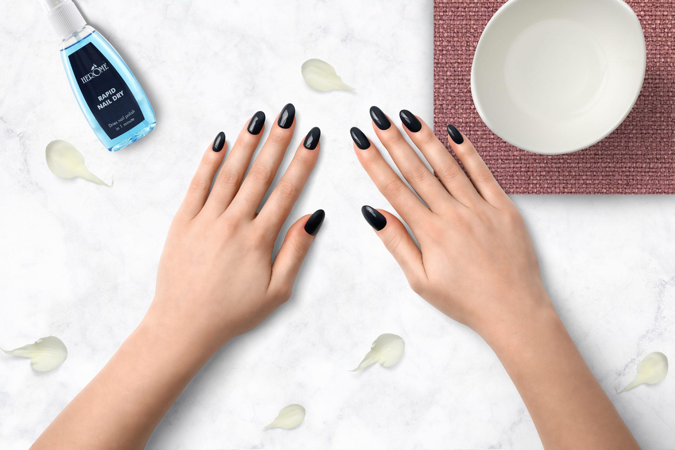 Zeeblauwe nagellak voor je winter/herfst manicure