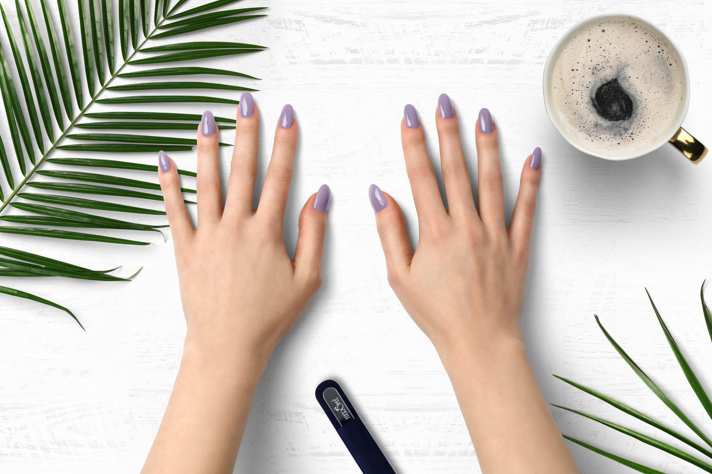 Lila nagellak van Herôme voor lente/zomer manicure